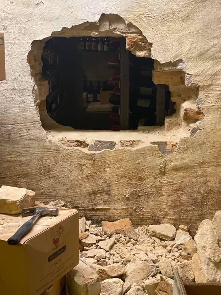 ▲餐廳酒窖後方被挖鑿出一個約半公尺寬的大洞,竊賊即由此進入酒窖,預估在酒窖內待了約一個小時。(圖/formel B臉書粉絲團)