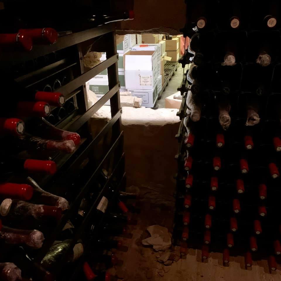 ▲酒窖現場仍留有許多藏酒,僅最珍貴的名酒被竊走,從洞口可見與餐廳相鄰的隔壁葡萄酒專賣店。(圖/formel B臉書粉絲團)